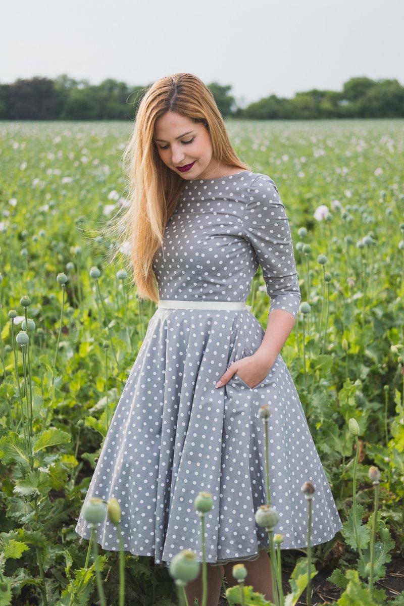 9db04b1ac204 MONLEMON - Sivé bodkované šaty Anne